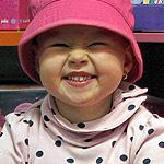 Marta Stoyan kann heute wieder lachen! Sie litt an Krebs, der u.a. die Milz des dreijährigen Mädchens befallen hatte und benötigte mehrere Blöcke einer aufwendigen Chemotherapie. Die helfenden Maßnahmen konnten u.a. durch die Mithilfe der Siegfried-Neumann-Stiftung ermöglicht werden.
