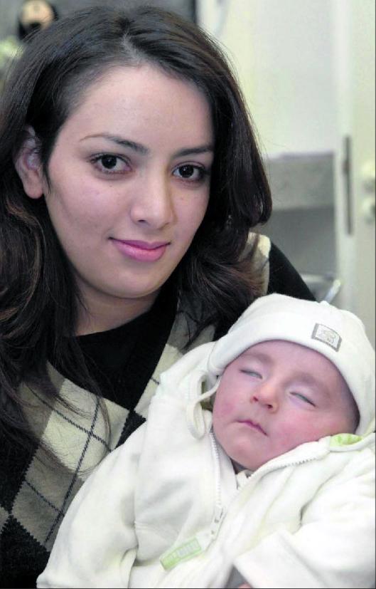 Nein, geweckt werden sollte Mohd fürs Foto nicht - Mutter Mehrnaz Irfan kann für sich und ihren jetzt gesunden Sohn vor der Rückreise nach Kabul lächeln. Foto vr